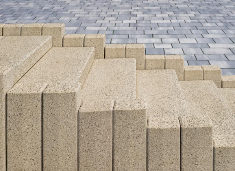 Neue Kunststeintreppe im Außenbereich aus Beton in Teilen - Fertigteitreppe vor Betonpflaster