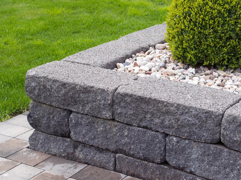 Beeteinfassung aus Betonsteinen in einem modernen Garten.